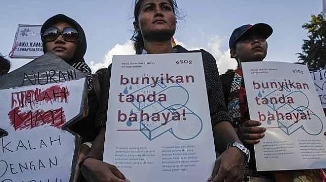 """Komite Aksi Perempuan dan berbagai elemen menggelar aksi """"Save Our Sister"""" [Suara.com]"""
