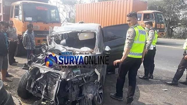 Mitsubishi Xpander ringsek parah setelah menabrak truk gandeng dan diseruduk truk tronton di Gresik, Minggu (22/9/2019)