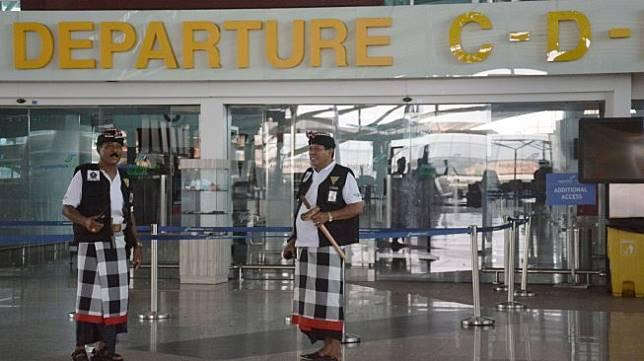 Pecalang atau petugas pengamanan adat Bali memantau situasi saat Hari Raya Nyepi Tahun Saka 1941 di kawasan Terminal Internasional Bandara Internasional I Gusti Ngurah Rai, Bali, Kamis (7/3). [ANTARA FOTO/Fikri Yusuf]