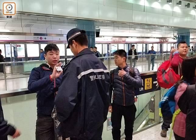 警員到屯門站截查市民。(胡德威攝)