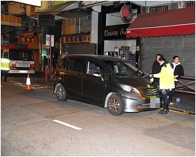 被撞的灰色私家車。