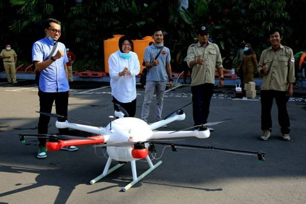 Ingin Merata, Risma Semprot Disinfektan ke Kota Surabaya dengan Drone