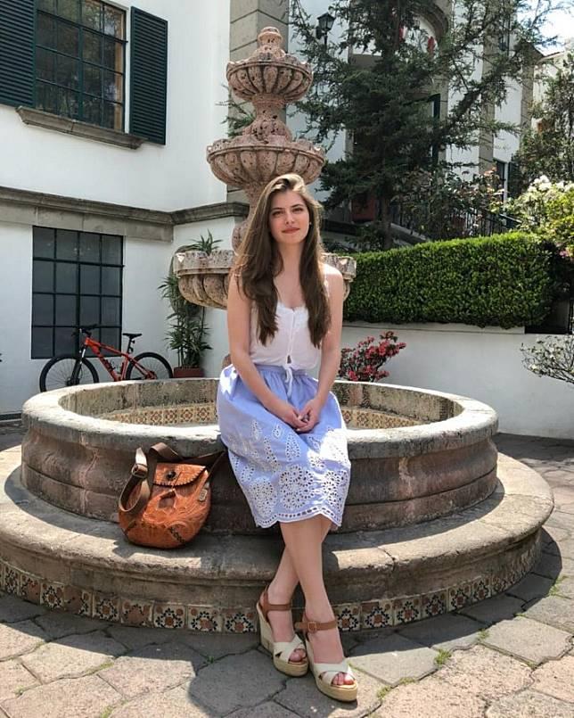 Daniela terlihat simpel dan feminin mengenakan busana atasan putih dan rok embroidery