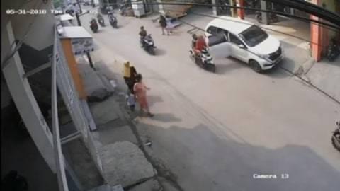 Viral Emak-emak Selamatkan Balita dalam Pelukan Saat Jatuh dari Motor