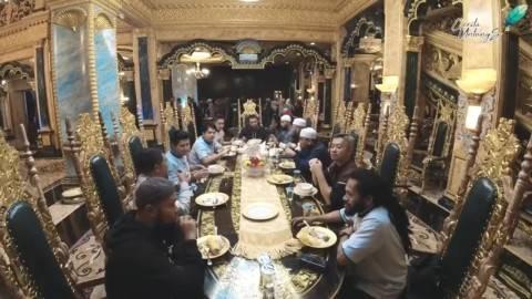 Hasim Hadodo dan rekannya di ruang makan. Foto : youtube/ceritauntungs