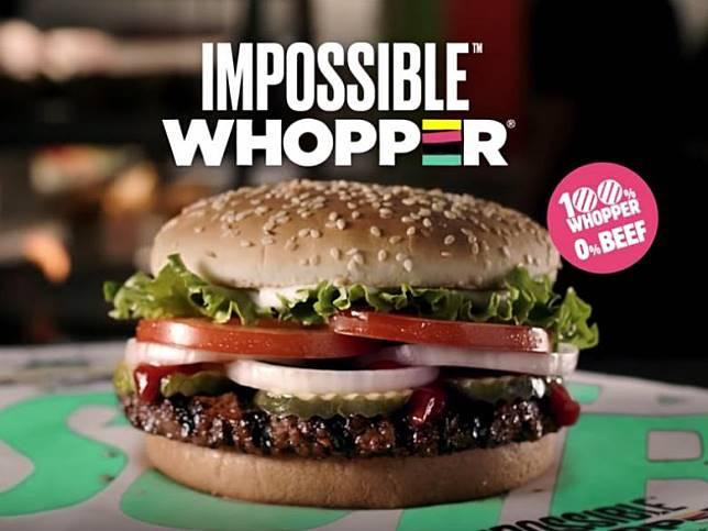 漢堡王推出的「不可能華堡(Impossible Whopper)」,以仿肉的植物肉餡取代牛肉。(圖片來源:Burger King官方頻道)