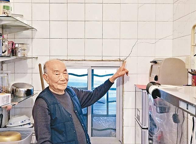 徐伯指廚房牆身出現裂紋。