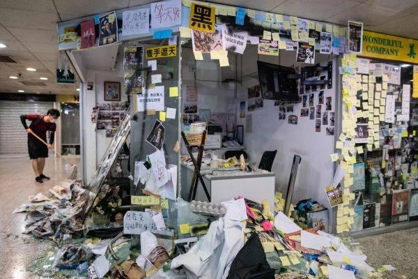 Kondisi kantor anggota parlemen pemerintah pro-Beijing, Junius Ho, seusai aksi masa di Distrik Tsuen Wan, Hong Kong.