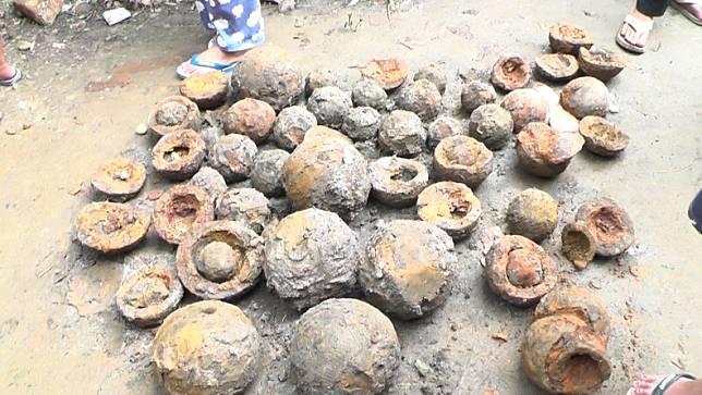 Peluru meriam yang ditemukan warga Bonjol, Pasaman, Sumbar (Wahyu Sikumbang/iNews)