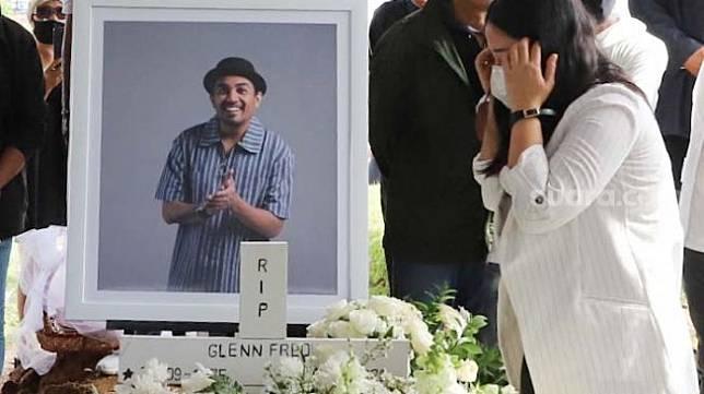 Istri Glenn Fredly, Mutia Ayu memberikan penghormatan terakhir untuk sang suami di TPU Tanah Kusir, Jakarta Selatan, Kamis (9/4). [Suara.com/Alfian Winanto]