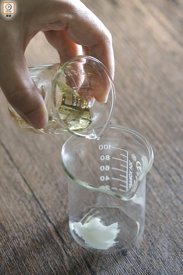 做法:1.將冷壓甜杏仁油、乳水果脂及黃蜜蠟混合。(張群生攝)