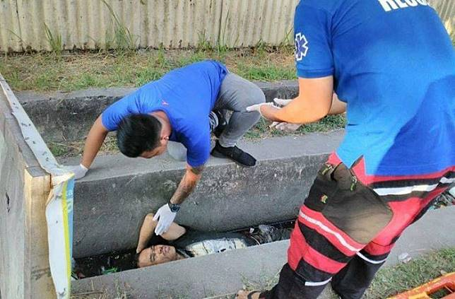 Bukannya Bikin Ngeri, 'Mayat' dalam Selokan Hitam Penuh Sampah Ini Malah Bikin Orang Tertawa