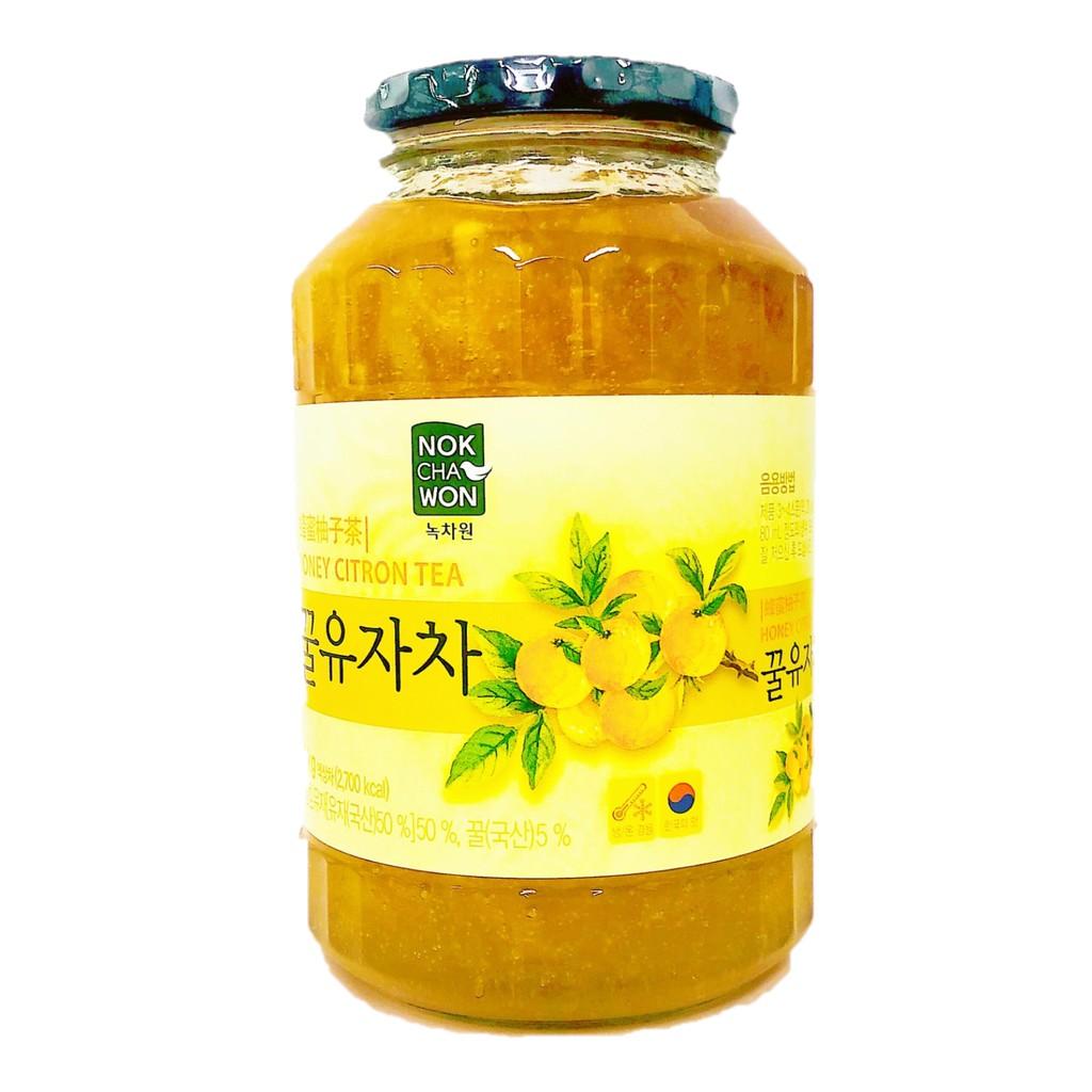 商品名稱:韓國蜂蜜柚子茶1kg/瓶商品特色:★無色素、開封後需冷藏★飲用方式 :2-3茶匙(30g)柚子茶加入熱水或冷水(90-100ml)攪拌即可 ★也可加紅,綠茶、雞尾酒、優酪乳都是不錯選擇★還可