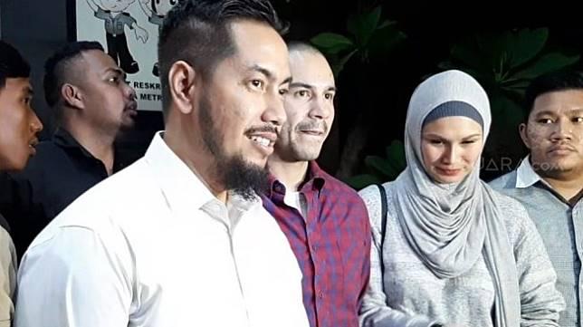 Adik Ghatan Saleh Hilabi, Nabil (mengenakan kemeja ungu) bersama pengacara, Sunan Kalijaga mendatangi Polda Metro Jaya, Sabtu (7/12/2019) malam.