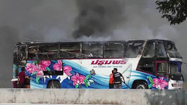 สุดระทึกไฟไหม้รถทัวร์วอดทั้งคันโชคดีจอดให้ผู้โดยสารลงจากรถได้ทัน
