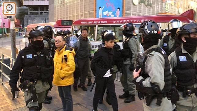 警員在裕民坊小巴站截查市民。(任方攝)