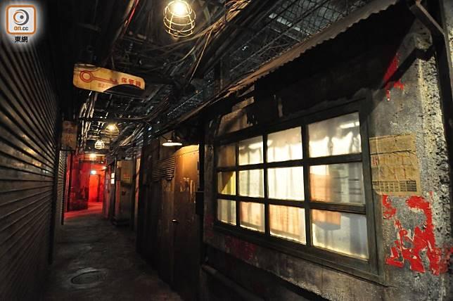 推門入內會經過這條不斷有廣東話嘈雜聲的陋巷,但連鬼影都冇隻。(劉達衡攝)