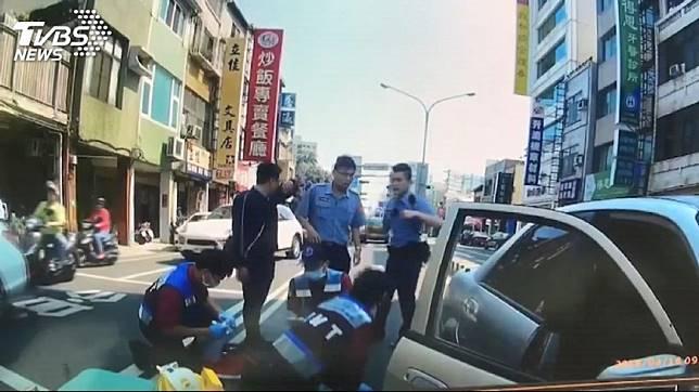 翁嫌遭警方擊中倒地,醫護人員就地急救。圖/TVBS/下同