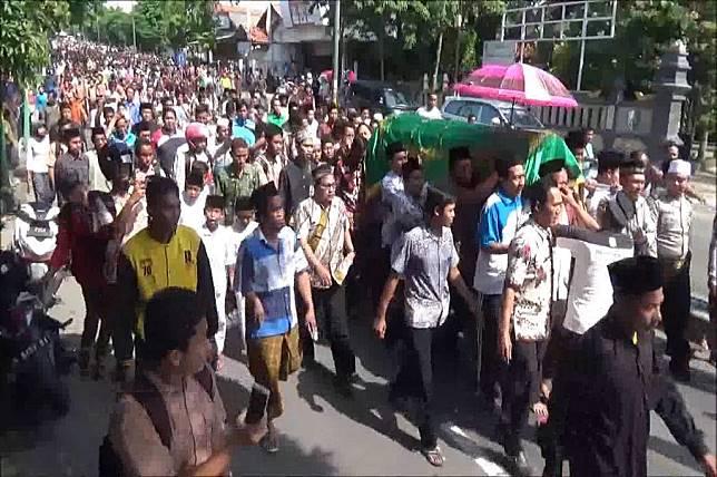 Pelayat hantar jenazah Budi Cahyono, guru yang tewas setelah dipukuli siswanya di Sampang, ke pemakaman, Jumat 2 Februari 2018, Medcom.id -