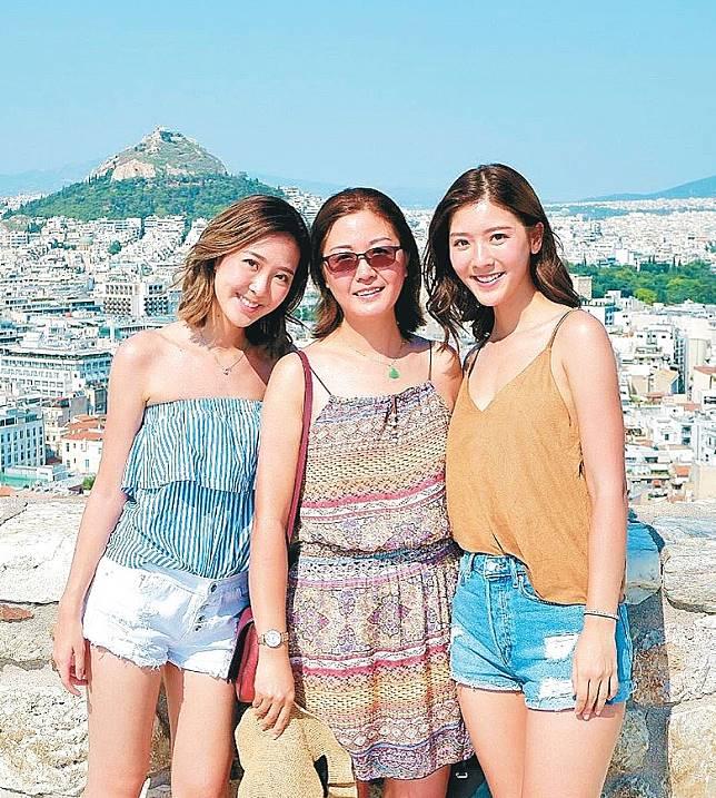 Jennifer(右)早前帶埋細妹同媽咪去希臘開眼界。