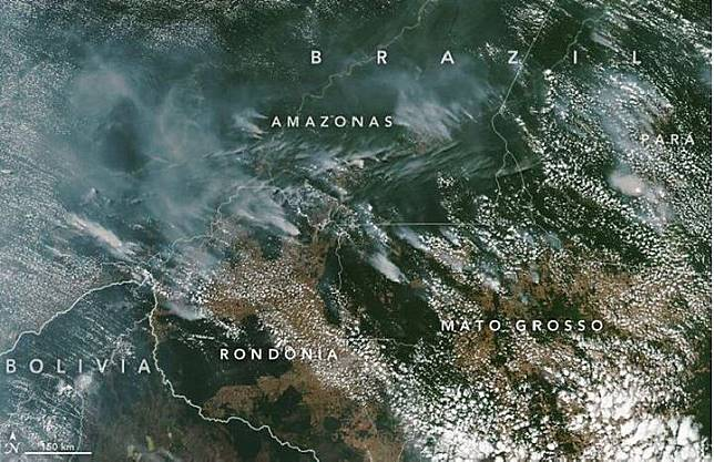 Asap kebakaran hutan Amazon terlihat dari luar angkasa. Kredit: NASA Earth Observatory