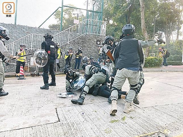 防暴警鎮壓一名黑衣人。(何青霞攝)