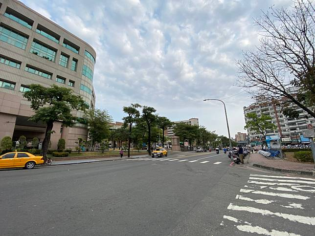 NOWNEWS0401_高雄市福山里內有榮總及完整的學區,加上房價親民,成為全台最大里。圖為高雄榮總外。