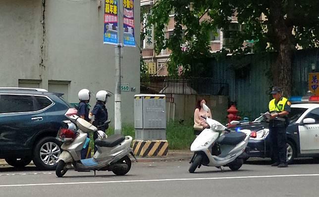 老翁騎機車(左側機車)與保時捷發生擦撞,警方到場處理。記者林保光/攝影