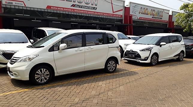 Honda Freed dan Toyota Sienta di showroom mobil bekas