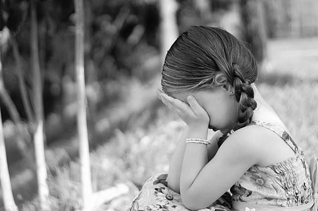 ▲重男輕女的婆婆抱著孫子看電視,卻要孫女收玩具,讓孫女委屈哭喊「為什麼阿嬤都不愛我?」(示意圖/pixabay)