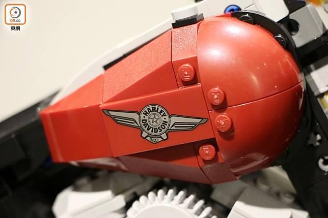 車側的鷹翼廠徽是印刷件,字樣顯而易見。(盧展程攝)