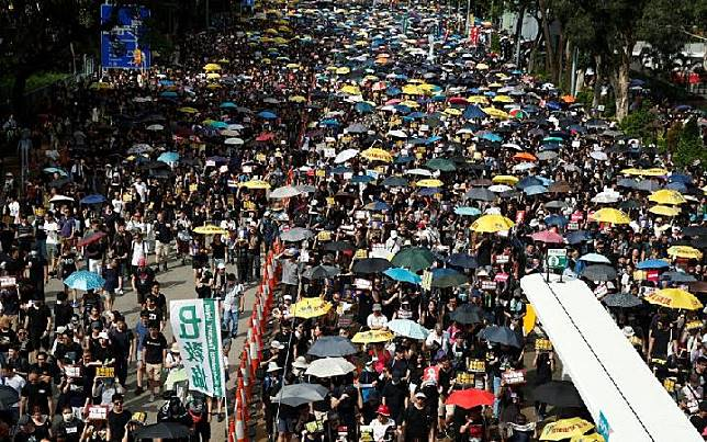Ribuan Orang Unjuk Rasa di Kantor Perwakilan Cina di Hong Kong