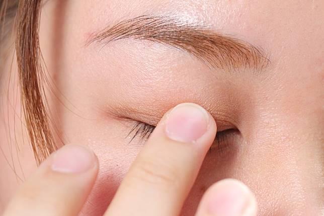 Step 3:在眼皮中央塗上亮色眼影,發揮提亮功效。(胡振文攝)