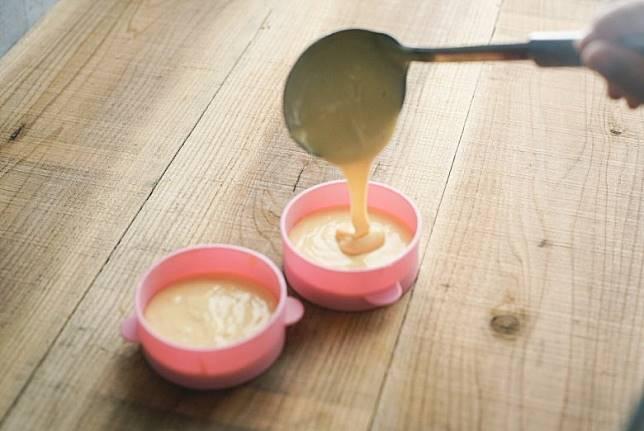 隨神器更附送食譜,大家只要根據食譜做法,先將適量蛋糕混合料、雞蛋、牛奶同牛油攪勻倒入神器。(互聯網)