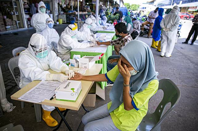Medical workers conduct rapid testing on sellers at Botania 2 Market in Batam, Riau Islands on May 15, 2020.