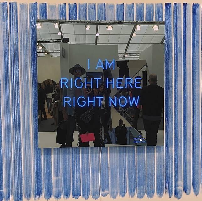 兩人昔日合照,玻璃寫着「I AM RIGHT HERE RIGHT NOW(我會一直在這裹)」。