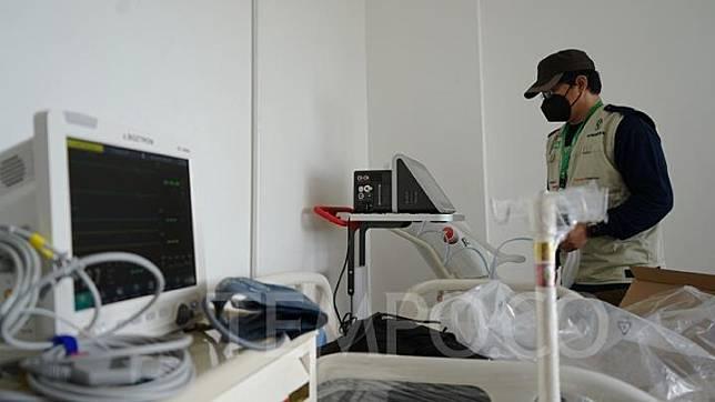 Petugas menyiapkan alat-alat medis di salah satu ruangan di Wisma Atlet Kemayoran, Jakarta, Ahad, 22 Maret 2020. Tower 6 nantinya akan dimanfaatkan sebagai rumah sakit yang terdiri dari 24 lantai. Menara yang akan digunakan sebagai tempat isolasi itu dapat menampung sekitar 1.750 pasien virus Corona. TEMPO/Muhammad Hidayat