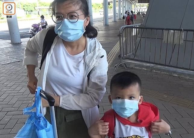 劉女士(左)指,較擔心香港疫情,寧返回內地。(黃雄攝)