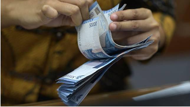 Uang pecahan 50 ribu rupiah lama (Foto: Sigid Kurniawan/antara foto)