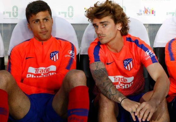 Rodri (kiri) saat berada di bangku cadangan dalam perrtandingan persahabatan antara Beitar Jerusalem and Atletico Madrid (21/5)
