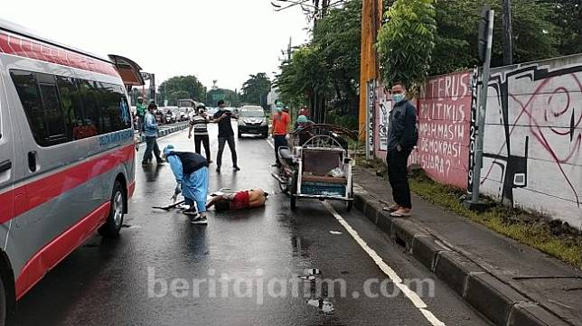 Tukang becak di Sidoarjo terkapar di jalanan dikira kena virus corona. (Foto: Beritajatim.com)