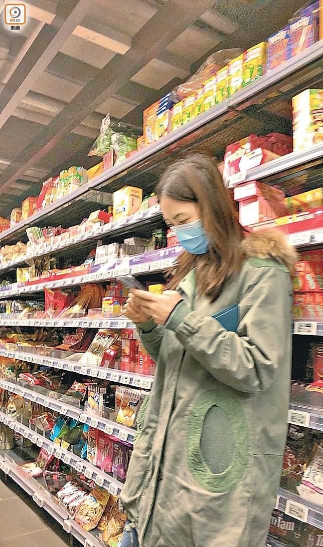 千雪在貨架前篤手機,向老公報告超市的「慘況」。
