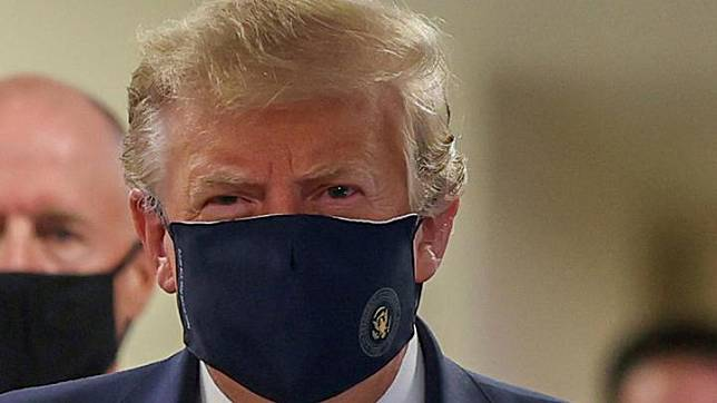 Presiden AS Donald Trump mengenakan masker saat mengunjungi Pusat Kesehatan Militer Nasional Walter Reed di Bethesda, Maryland, AS, 11 Juli 2020. REUTERS/Tasos Katopodis