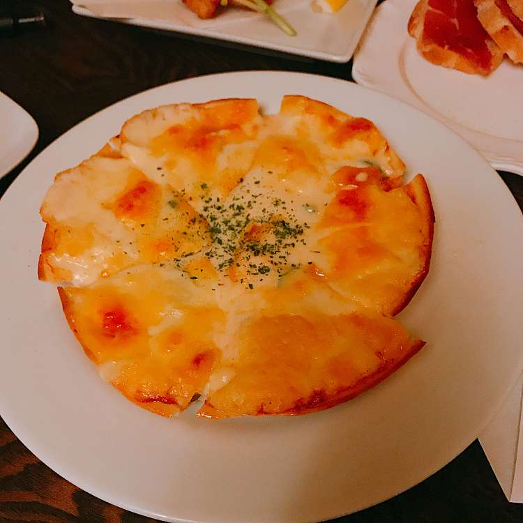 ユーザーが投稿したたっぷりチーズのミックスピザ Mサイズ(2~3人前)の写真 - 実際訪問したユーザーが直接撮影して投稿した新宿ダイニングバー新宿 居酒屋 どん底の写真