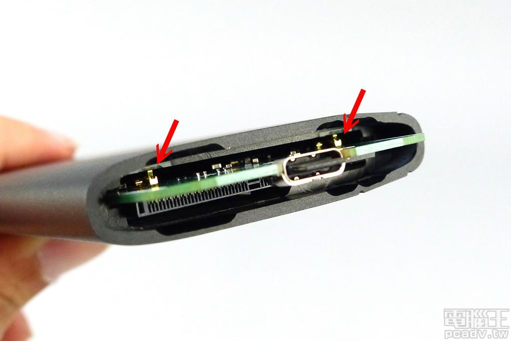 卸除 Crucial X8 其中一側的塑膠外殼,可以發現內部電路夾在金屬框體之中,電路板加裝接地彈片,使金屬外殼能夠銜接至 USB 接地端。