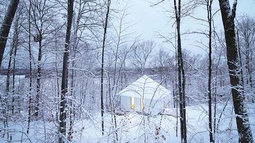 與大雪相融合的白色小木屋:加拿大山居小屋