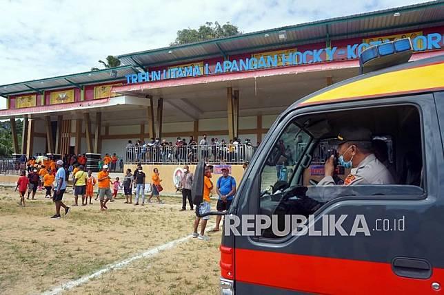 Petugas kepolisian membubarkan kerumunan warga yang menyaksikan pertandingan sepak bola di Lapangan Hoki Sorong, Papua Barat, Jumat (7/5/2021). Kepolisian Sorong Kota membubarkan kerumunan massa tersebut yang mengabaikan protokol kesehatan di masa pandemi COVID-19.