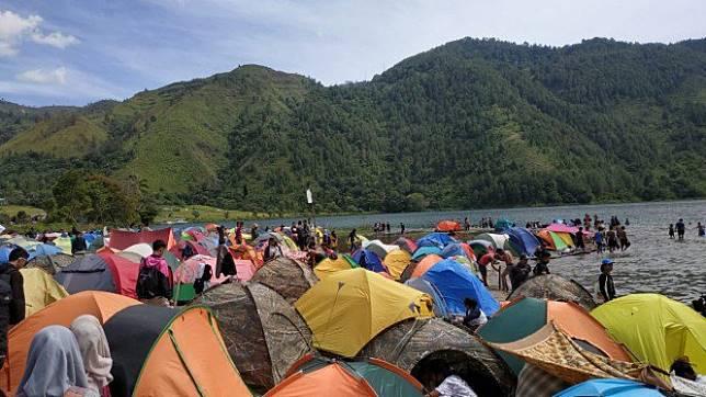 Camping 1.000 Tenda, Cara Asyik Nikmati Pesona Danau Toba