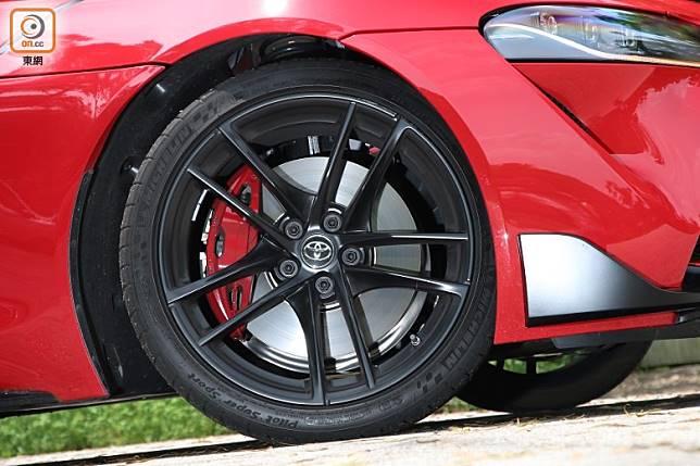 Michelin Pilot Super Sport輪胎配黑色19吋鍛造合金輪圈及紅色Brembo前四活塞制動卡鉗,提供上佳抓地力和制動性能。(張錦昌攝)