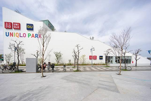 打側睇UNIQLO PARK,你會發覺建築採用梯級般嘅打斜設計,相當搞鬼。(互聯網)